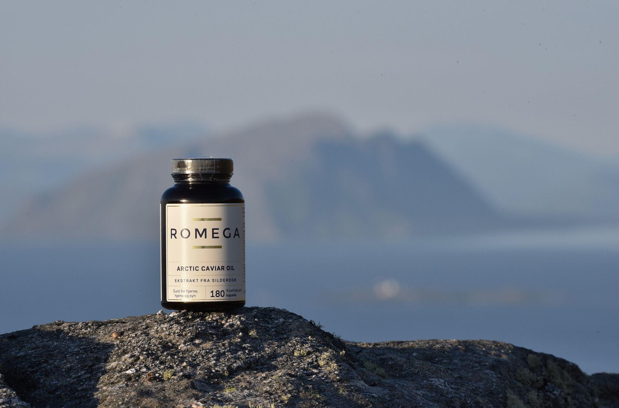 En boks Romega Kaviarolje står på en fjelltopp. Foto